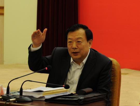 图为浙江省委书记、省人大常委会主任夏宝龙在参加浙江省十二届人大二次会议丽水代表团全体会议审议时与代表们交流。