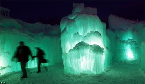 透明的冰块在灯光的照射下,充满梦幻色彩。