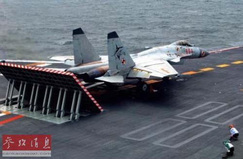 资料图片:在航母上待飞的歼-15战机。