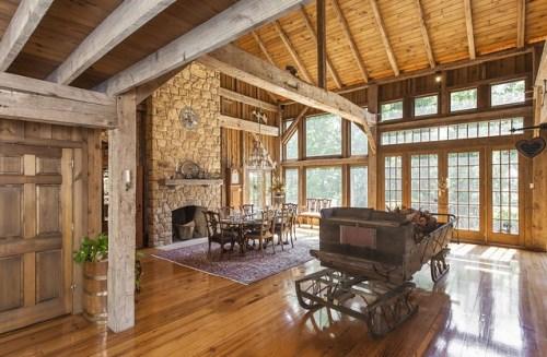 这座住宅面积约为880平方米,使用了大量玻璃来创造明亮开阔的空间。