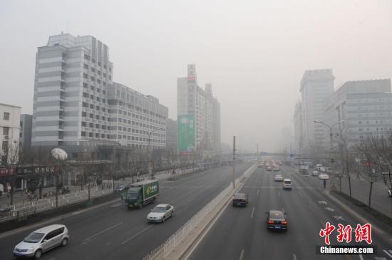 2014年1月16日,北京出现雾霾天气,空气质量与能见度明显变差,当日是2014年春运大幕开启首日。图为遭遇雾霾的北京城区。中新网记者 张越 摄