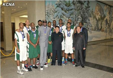 金正恩与美国篮球队员合影。
