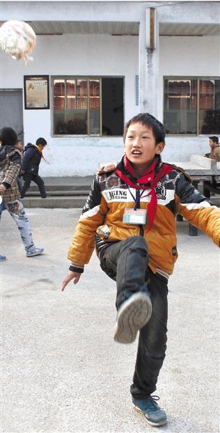 浙江一学校学生用纸揉成团当做足球排球玩耍(图)