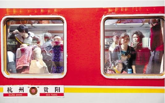 旅客踏上开往贵阳的L199次列车。 本报记者 魏志阳 实习生 于诗奇 陈嘉澍 摄