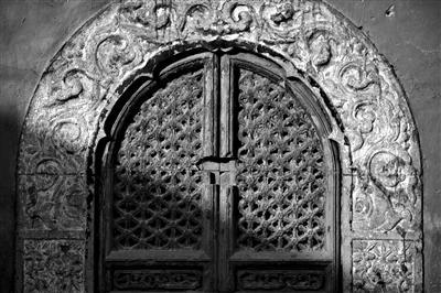 人大印刷厂占用明代古寺60年 古墙钉晾衣架