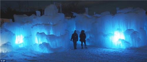 冰雪城堡建设费用达到近万美元,门票为8至10美元。