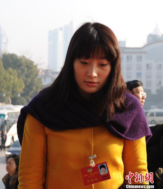 宗馥莉进入浙江省人民大会堂。 张茵 摄
