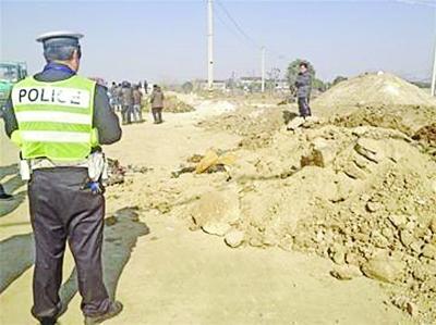 事发现场,小男孩被埋在圈中位置。