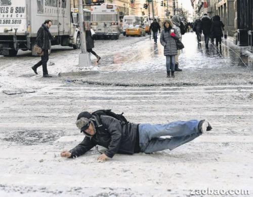 美国强风降温致天冷路滑行人摔跤司机叫苦(图)