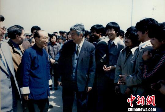 图为1987年,邵逸夫访问宁波大学。 资料图 摄