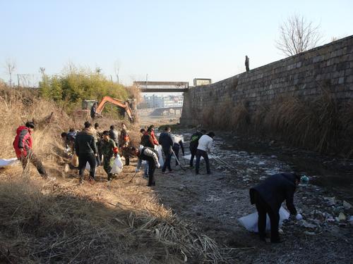 天台县干部群众参与河道清理活动。