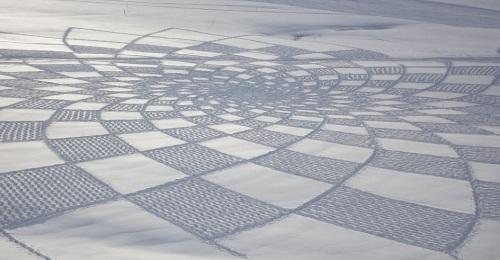 英艺术家用双足在雪地上创造的惊人美景