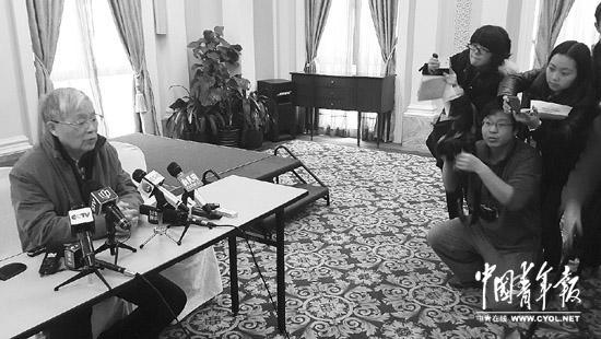 1月3日,王正敏在复旦大学眼耳鼻喉科医院举行的情况通报会上。本报记者 周凯摄