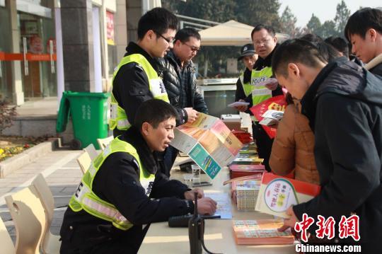 图为浙江高速交警衢州支队在服务区设立春运服务站点,为过往民众分发春运安全出行宣传手册。 张澍 摄