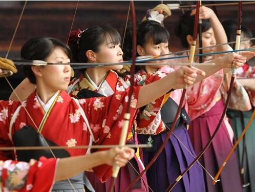 日本迎成人节京都用射箭比赛锻炼意志(图)