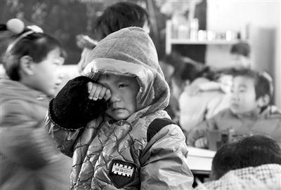 学校幼儿园里一位哭泣的小朋友,12月23日,学生到校后发现停电、没有了暖气。