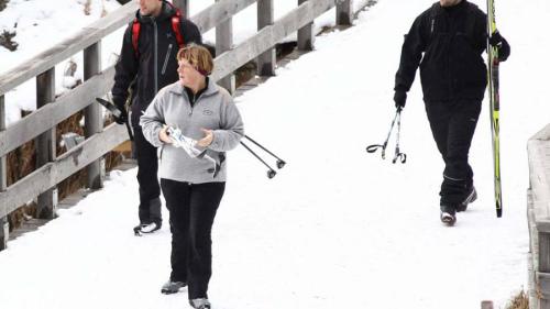 德国总理默克尔因滑雪事故盆骨骨折需卧床三周