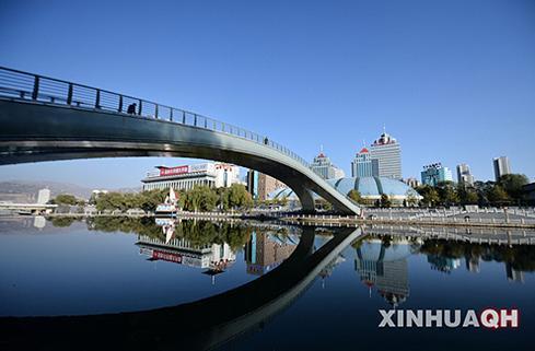 2013年11月6日,青海省西宁市麒麟湾公园内湖水与蓝天相映。(新华社记者吴刚摄)