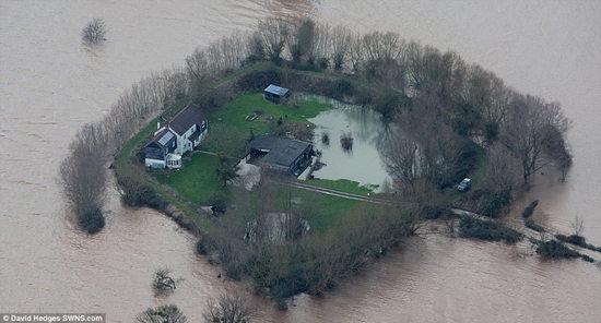 """英国暴风雨引发洪水居民住房变""""孤岛""""(组图)"""