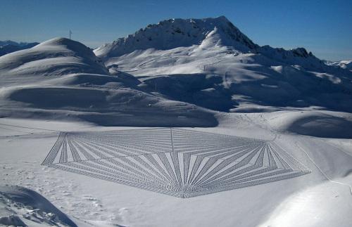 英国艺术家用双足在雪地上创造出惊人美景(组图)
