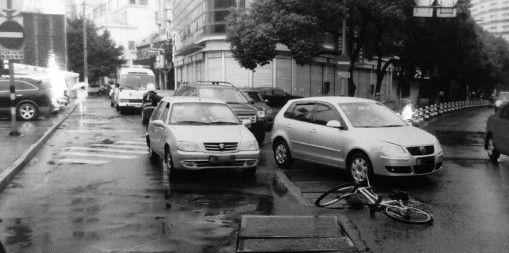 司机撞倒老人辩称自己是上前相扶 监控曝光全程