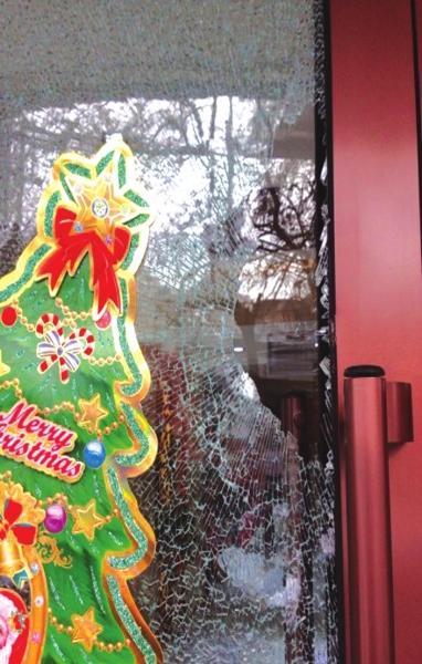 宾馆玻璃被砸破(网友供图)