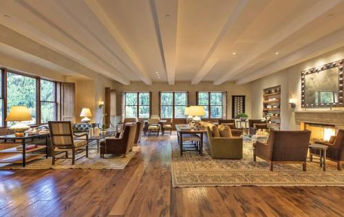 在公寓里可以欣赏到城镇与山川的360度全景。仅客厅面积就有约100平方米。