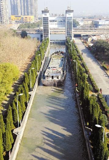 第一艘散货运输船顺利过了姚江船闸。 龚国荣 摄