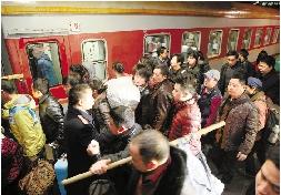 旅客肩挑手扛进站上车。