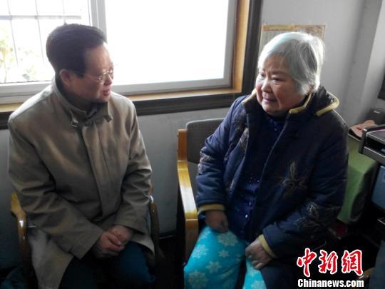 1月23日上午,浙江省杭州市副市长谢双成带领杭州市侨务部门有关负责人,走访慰问了杭州市侨界人士和困难侨眷。 钱德怀 摄
