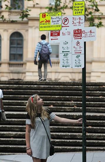 """悉尼CBD一处路标""""凌乱""""路人迷惑(图)"""
