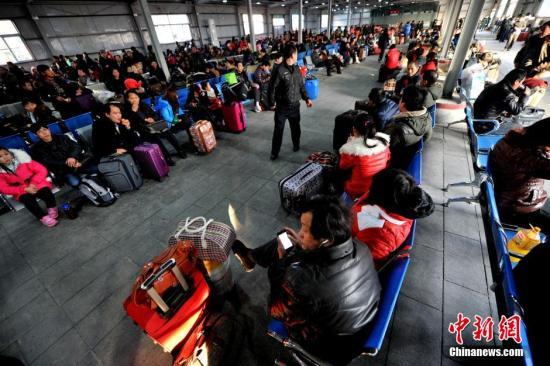 1月15日下午,为迎接2014年全国春运,北京西客站南广场开放室外临时候车区。图为旅客在临时候车大厅等待列车。中新网记者 金硕 摄