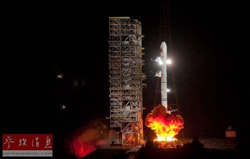 """资料图片:2012年9月19日拍摄的载有第十四颗和第十五颗北斗导航卫星的""""长征三号乙""""运载火箭的发射点火瞬间。新华社记者江宏景摄"""