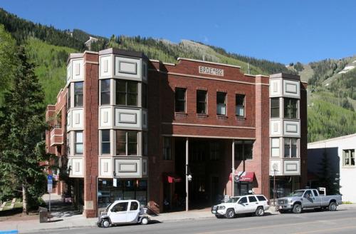 美国科罗拉多州特柳赖德(Telluride)的这幢建筑曾是慈善互助会中心(Elks Lodge),它的一部分已经改建为面积逾570平方米的豪华公寓。