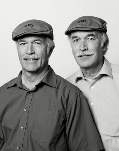"""加拿大摄影师拍27对""""假双胞胎"""":无血缘却撞脸"""