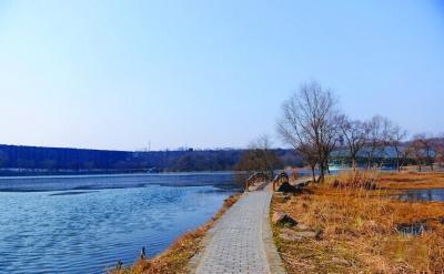 昨天上午9点半,绿地碧水明城墙,配上淡蓝的天空,这是南京人久违的清新画面。(网友图片)