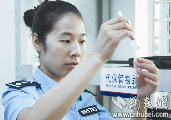 图为:吴冰梅为吸毒嫌疑人做尿检(资料图片)