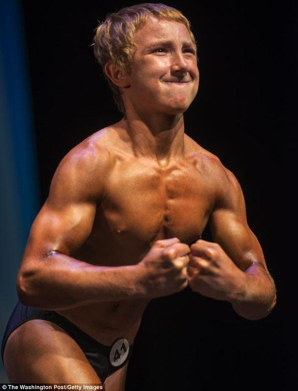 美国14岁少年杰克(Jake Schellenschlager)力量惊人,举重超体重两倍,硬举300磅重量。(英国每日邮报网站截图)