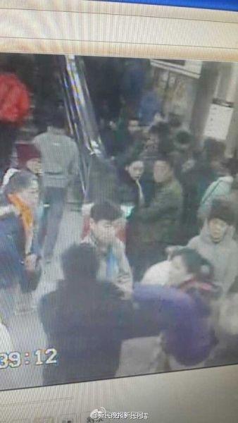 女乘客地铁上遭男子猥亵 当场呵斥将其揪住
