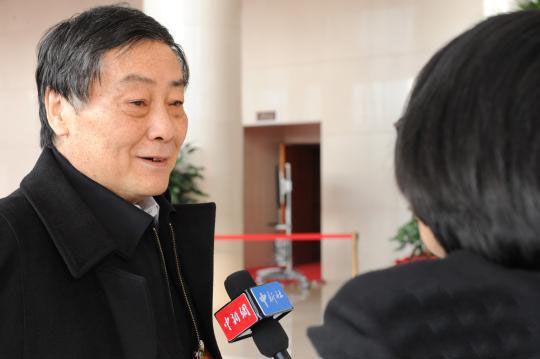 宗庆后接受记者采访。