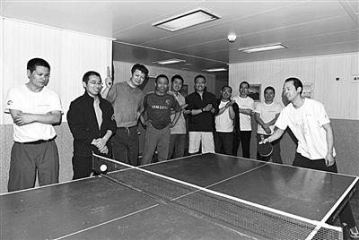 """5日,""""雪龙""""号上的科考队员在进行乒乓球比赛。新华社发"""