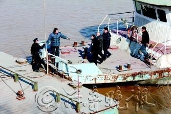 11点40分,跳河男子被救上岸。警方供图