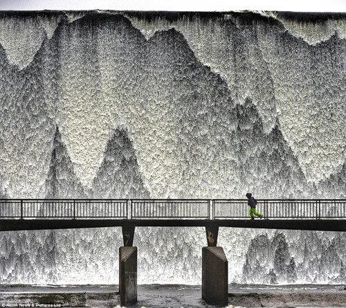英国多地遭恶劣天气侵袭形成壮观冰瀑景象(图)