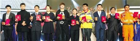 十位青春领袖(左起):边月明、吕义聪、叶林军、蒋银凤、刘福洋、陈映映、汪南南、钱锦远、孙继民、张炳钩