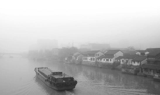 昨天上午,杭州拱宸桥畔仍被浓厚的雾霾所笼罩。 连国庆 摄