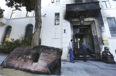 1月2日,美国旧金山,遭纵火的中国驻旧金山总领馆,一扇铁门被烧变形,倒放在门前大树旁。