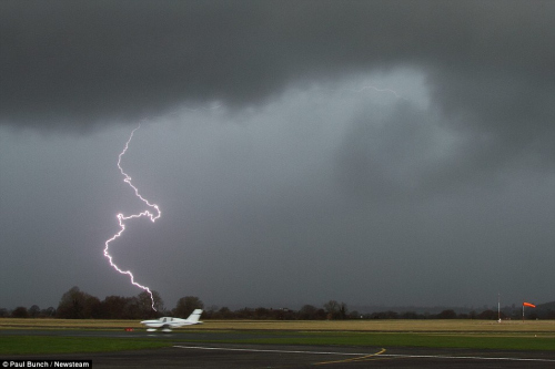 雷电袭击英国伍尔弗汉普顿的一个机场。