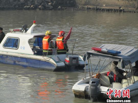 图为警方打捞落水者现场 朱晓霞 摄