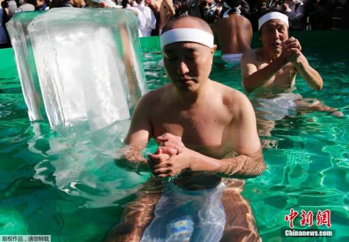参与者认为在水池里不仅能清洗身体与灵魂的污垢,还能给自己的未来带来好运。