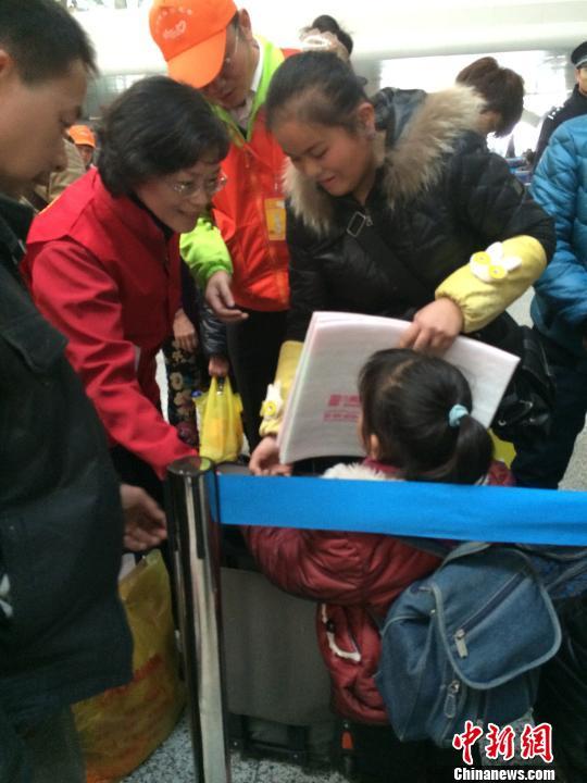 图为:共青团浙江省委志愿者加入春运志愿者队伍,为旅客指路引导。 张骏 摄